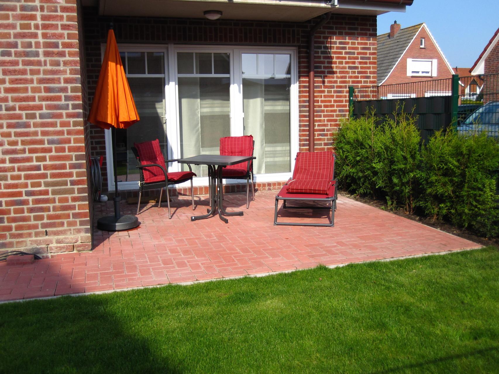 Terrasse mit eingezäuntem Garten (jetzt auch mit Liegestühlen)