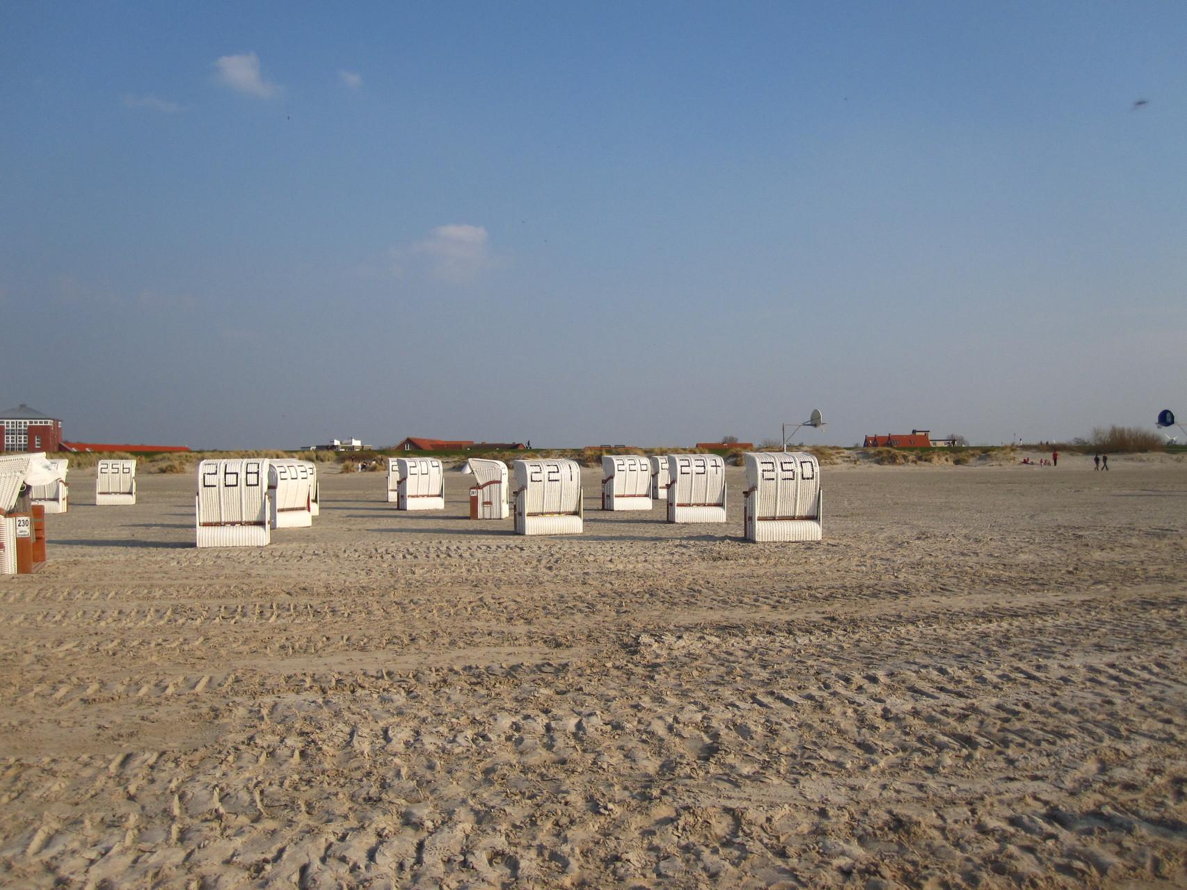 Leere Strandkörbe in Norddeich in der Vorsaison (Ende März), ca. 4 - 5 Gehminuten von der Ferienwohnung