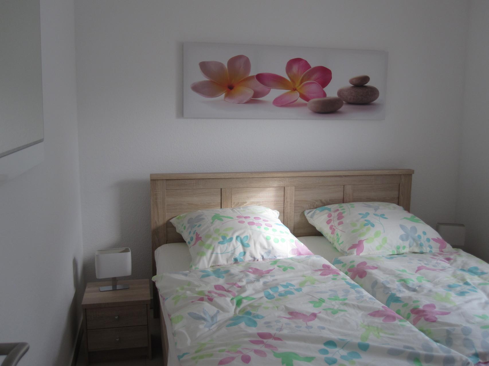 Schlafzimmer mit allergikergeeignetem Bettzeug (bei 95 Grad waschbar) und Baumwollbettwäsche (keine Kunstfaser)
