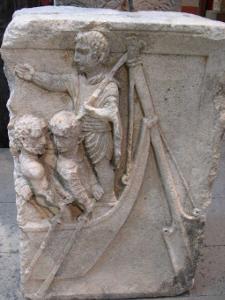 """L'étymologie du terme """"Cybernétique"""" provient du grec """"kubernêtikê"""" qui désignait le pilotage d'un navire. Il a également donné les mots """"gouverner"""", """"gouvernail"""", """"gouverneur"""", etc... ( Sculpture du Ier siècle, Musée Romain Germanique de Cologne)"""