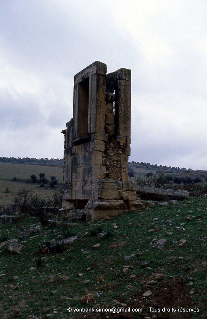 [034-1983-27] Henchir Douamis - Uchi Maius : Pied-droit de la Porte occidentale