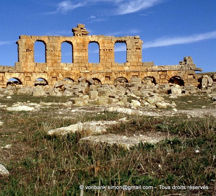 Henchir Mdeïna (Althiburos) : Théâtre - Détail du mur périphérique et des 5 travées de son niveau supérieur