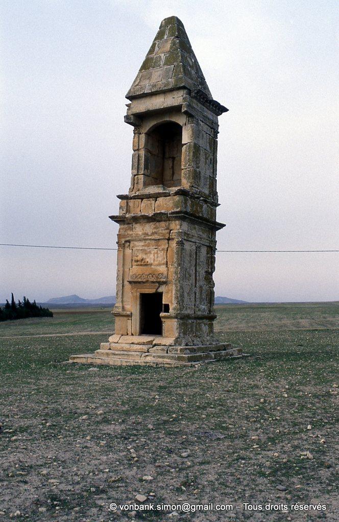 [003-1983-07] Makthar (Mactaris) : Haut tombeau à toiture pyramidale