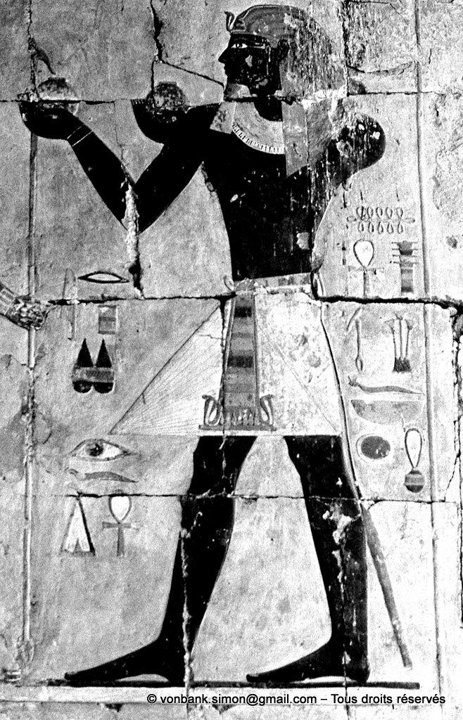 [087-1973-03] Deir el-Bahari : Temple d'Hatchepsout - Thoutmôsis III offrant du vin (Chapelle d'Anubis)