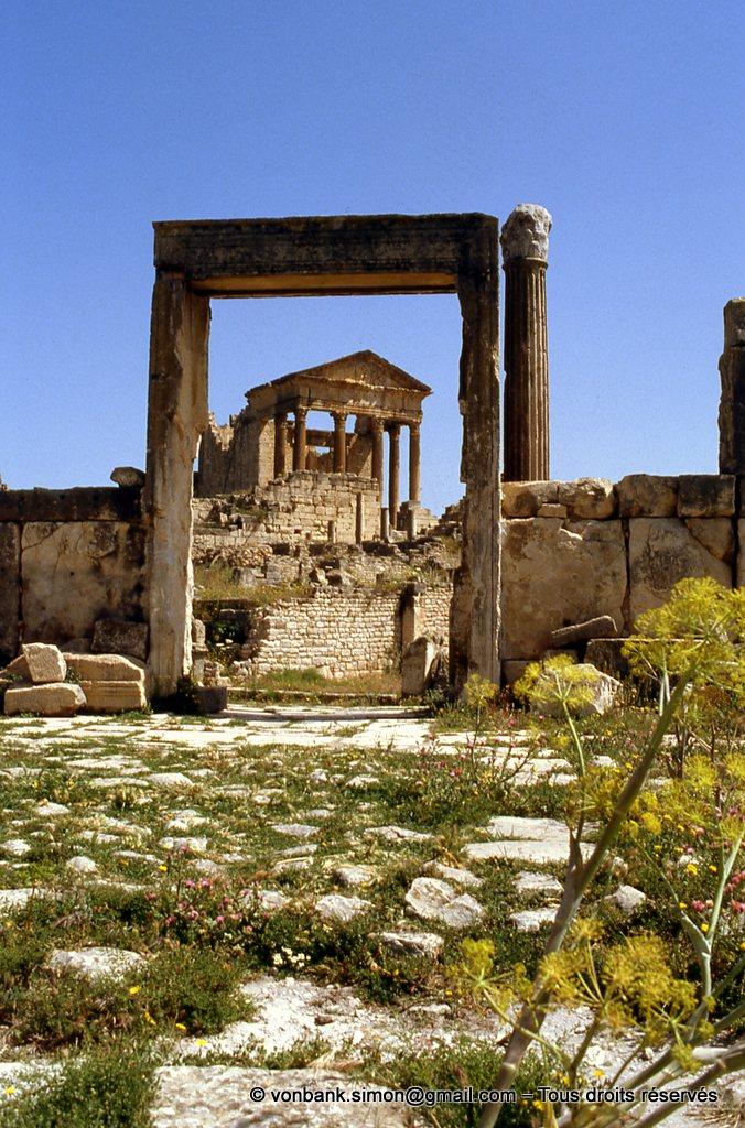 [009-1985-18] Dougga (Thugga) : Porte d'accès à l'édifice Dar El Acheb (vu de l'intérieur) - En arrière-plan, le Capitole