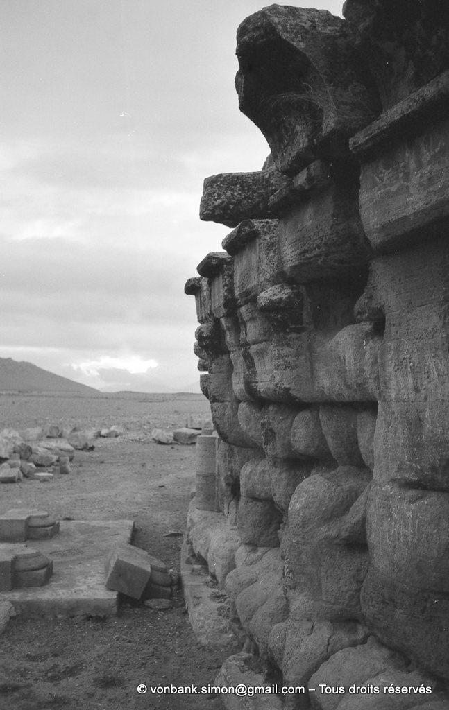 [NB025-1978-67] Le Medracen : Détail du cylindre orné de colonnes engagées d'ordre dorique et couronné d'une corniche de style punique