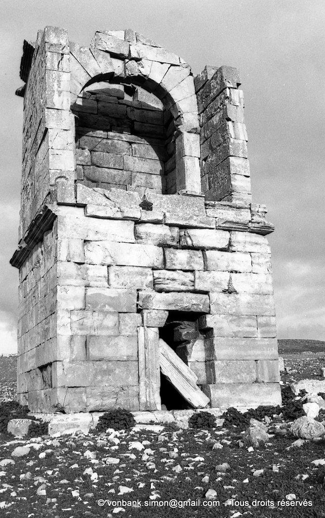 [NB013-1981-19] Madaure (Madauros) : Mausolée romain