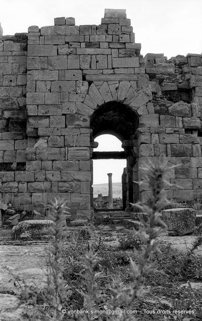 [NB027-1978-03] Madaure (Madauros) : Depuis le théâtre, accès à la porte principale de la forteresse byzantine. En arrière-plan, colonne du forum