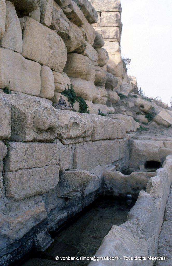 [003-1983-33] Ksar Mdoudja (Civitas A ........) : Bassins hydrauliques en pied de mur du fort byzantin