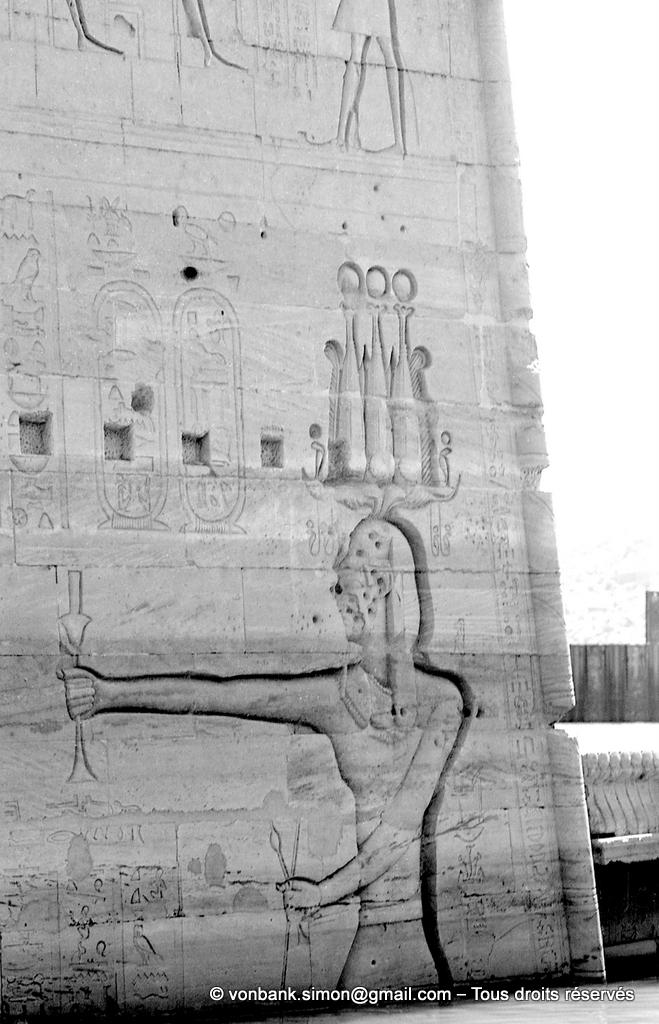 [NB076-1973-15] Philae : Temple d'Isis - Ptolémée XII Neos Dionysos et le massacre des captifs (Pylône 2)