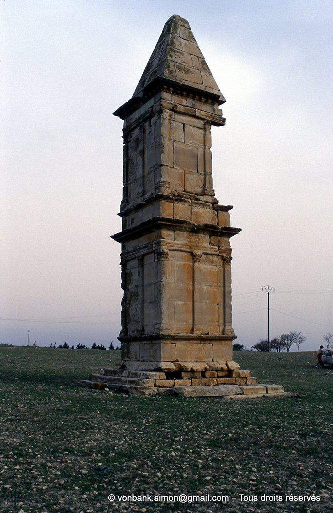 [003-1983-08] Makthar (Mactaris) : Haut tombeau à toiture pyramidale