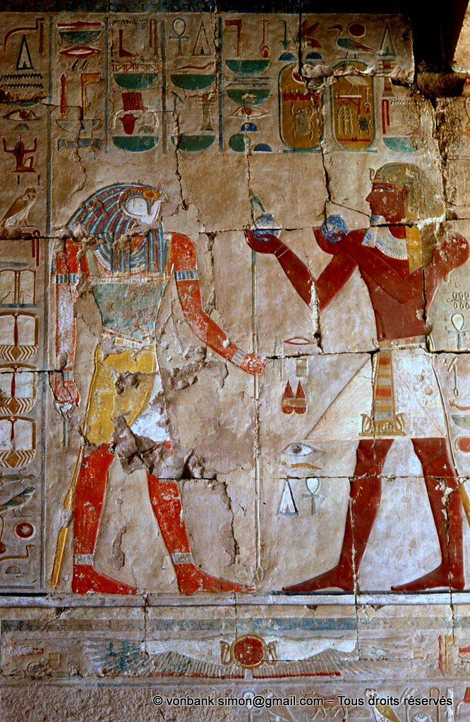 [065-1981-09] Deir el-Bahari : Temple d'Hatchepsout - Thoutmôsis III offrant du vin au dieu Sokaris (Chapelle d'Anubis)
