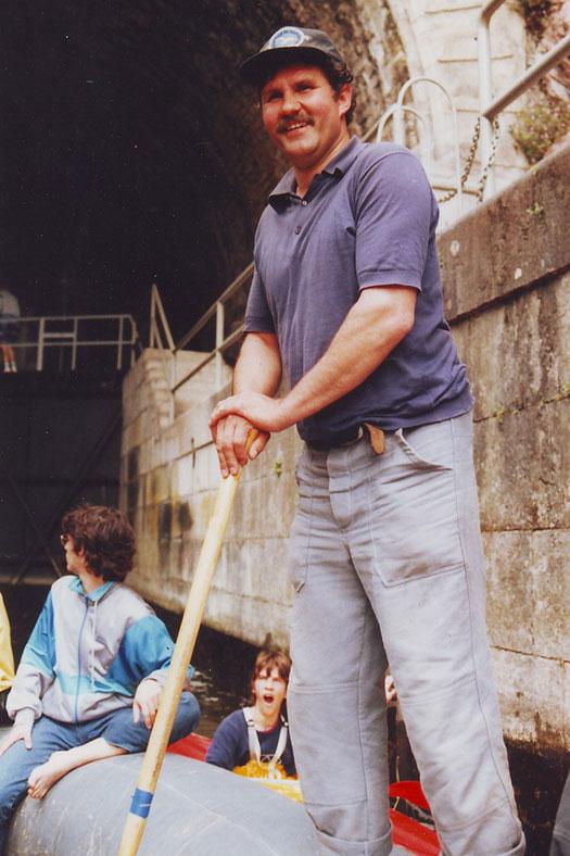 1991 Dritte Lahn Tour, diesmal von Wetzlar nach Weilburg. Im Bild der Weilburger Bootstunnel