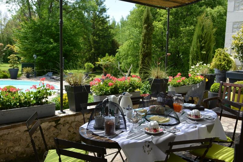 Au petit déjeuner vue sur le jardin et la piscine