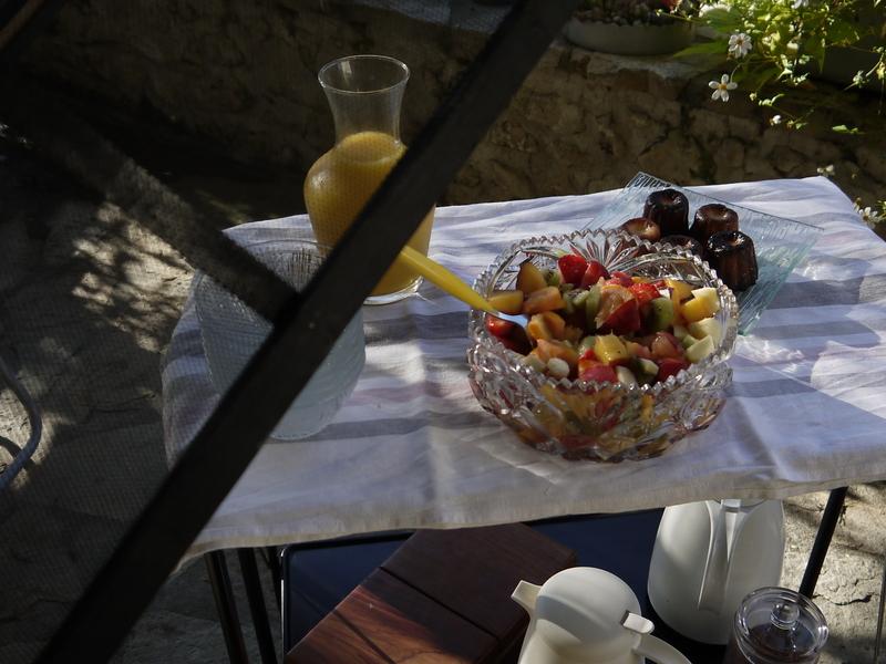 Salade de fruits et canelés maison