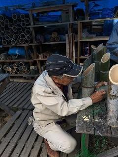 竹の穴へ紐を通すのに苦闘する橋本さん