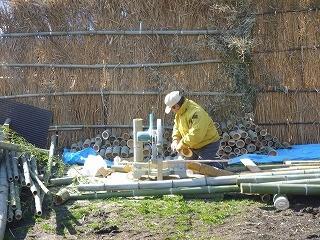 3本組の灯篭用に竹を裁断していく山田さん