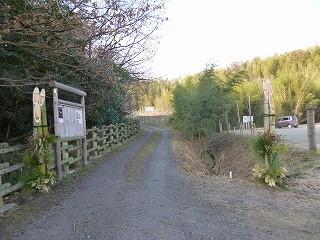 自然環境学習の森の入口に飾られた門松が迎えてくれます
