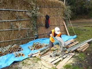 電動のこぎりの作業は大工歴の長い山田さんが担当です