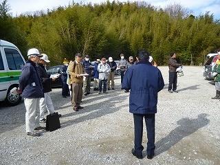 マイクロバスで到着後、歓迎の挨拶をする石川環境課長