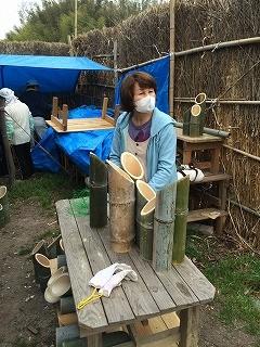 竹灯篭を3本組にセットする伊藤さん