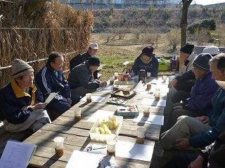 森のカフェで定例会開催 伊藤さんがリンゴを差入れ!
