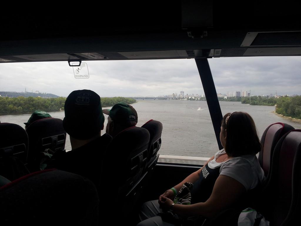 Wir passieren den Dnepr auf der Pivdenyi bridge