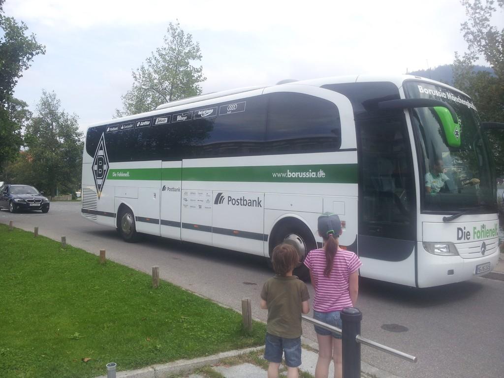 Abfahrt des Mannschaftsbusses