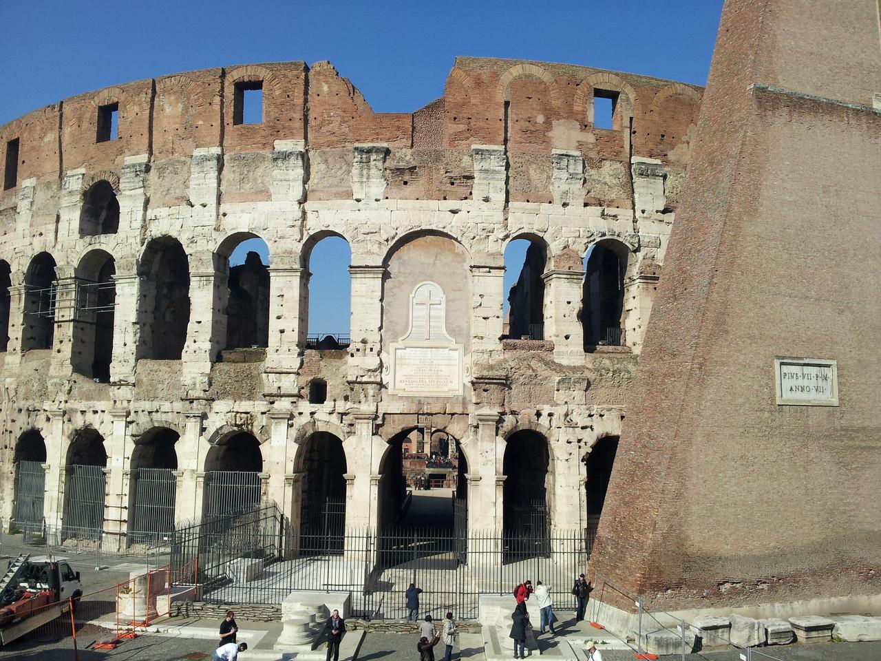 Hinter dem Colosseum