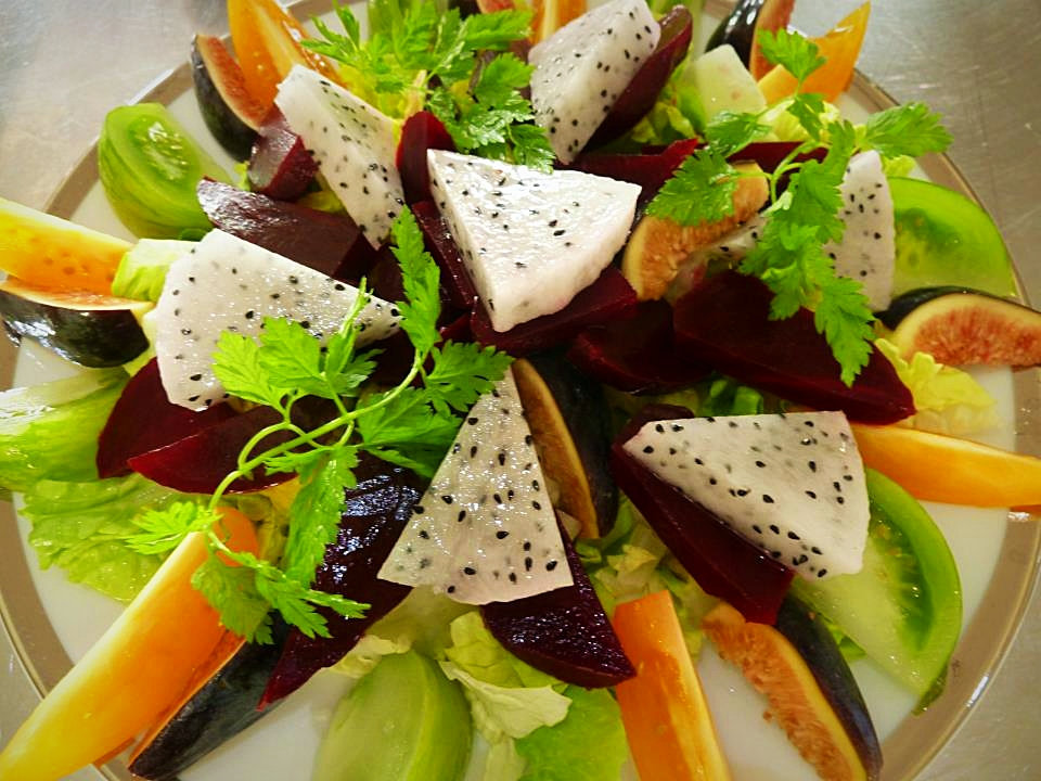 Salade de betterave aux tomates anciennes, figues & pitahaya