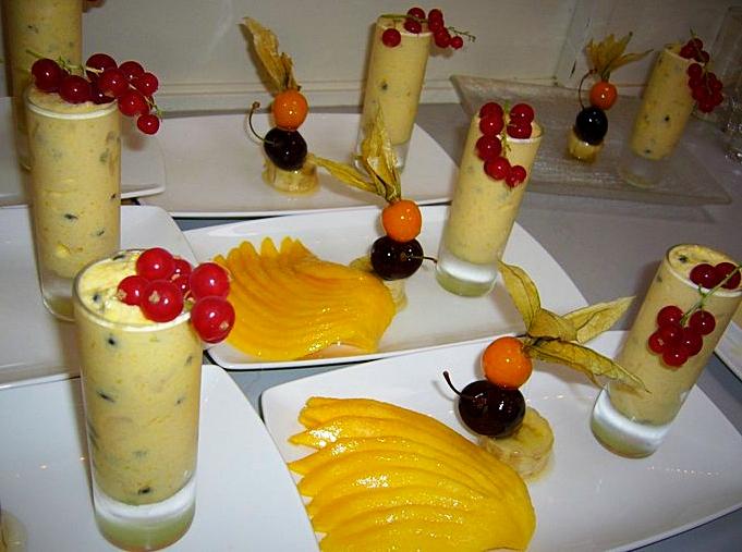 Mangue marinée, brochette de fruits en coque de sucre & mousse aux fruits de la passion