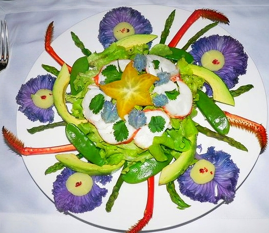 Salade de langouste aux asperges, avocat & pois gourmands