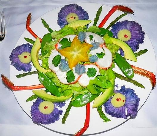 Salade aux médaillons de homard, avocat, asperges vertes & pois gourmands