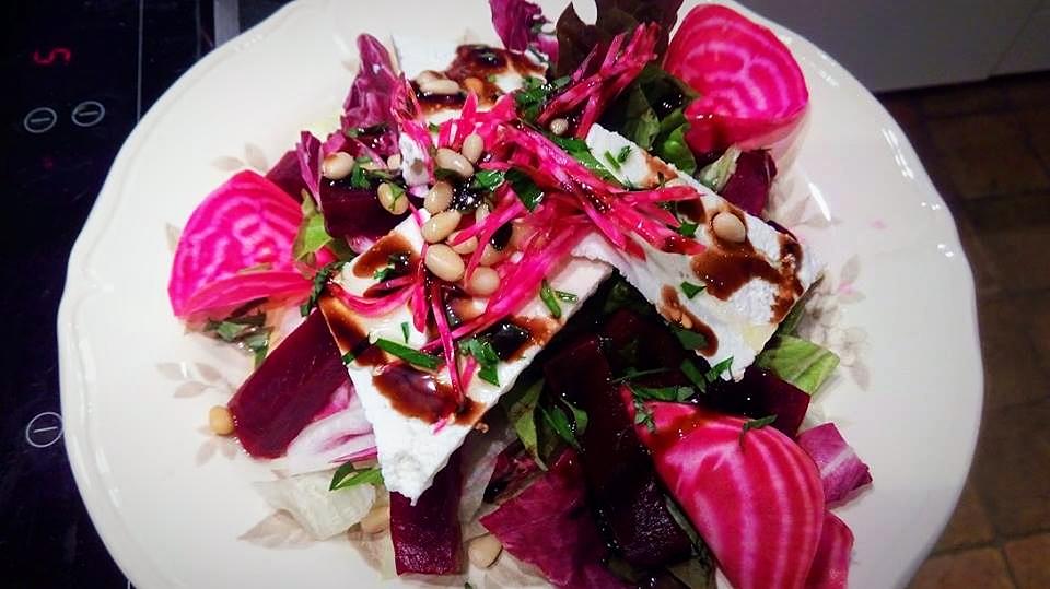 Salade de betterave à la ricotta, pignons de pin & sirop de balsamique