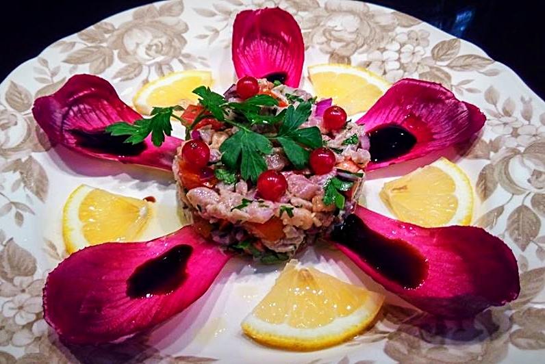 Tartare de thon à la tomate & groseille, sirop de balsamic