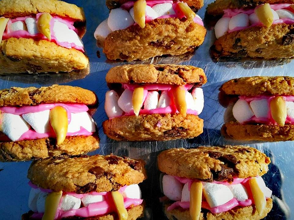 Dentiers de Dracula: cookies, chamallows, pâte à sucre & cacahouètes