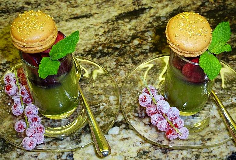 Verrine thé matcha & cerise, macarons & groseilles givrées