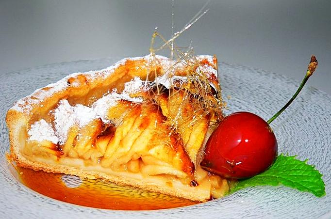 Tarte aux pommes, cheveux d'ange & cerise en coquille de sucre