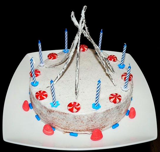 Gâteau d'anniversaire pour enfant: génoise & fondant vanille, coulis de fraises