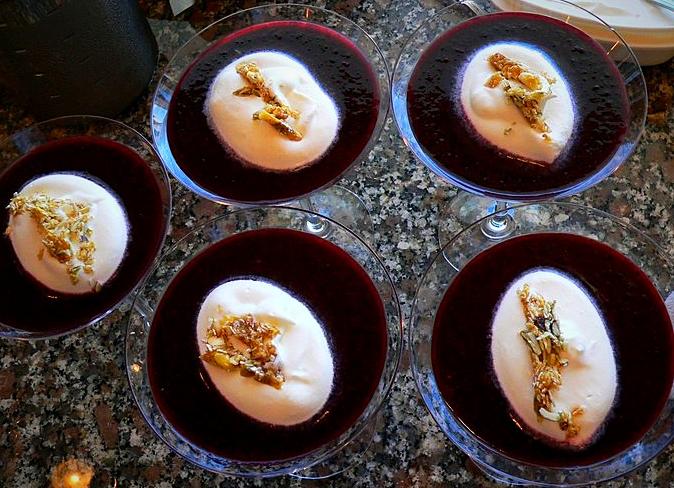 Coulis de myrtilles, crème de mascarpone & éclats de nougat dur aux pistaches