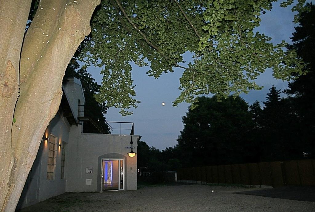 der Eingang zum Foyer im Mondschein