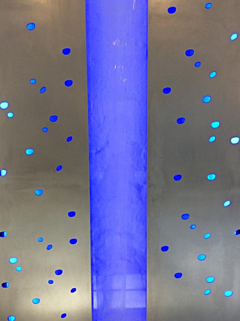eine Wasser-Licht-Installation mit Wasserfall im Foyer des Mühlenturms