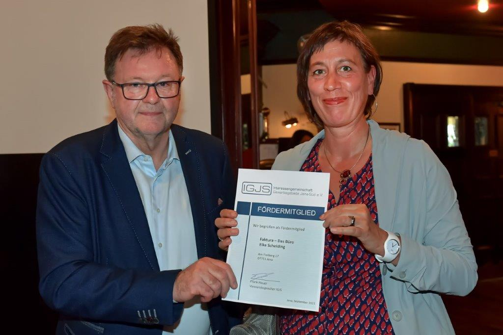 Frau Scheiding von Faktura-Das Büro wird von Frank Heuer als neues Fördermitglied begüßt