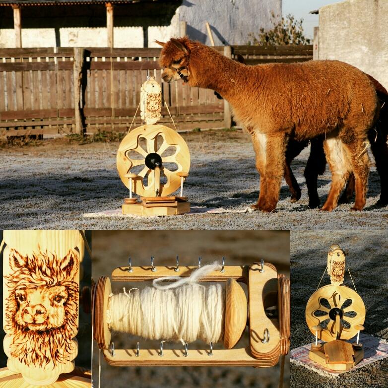 Alpaka Wolle wird vor Ort versponnen als Demonstration.