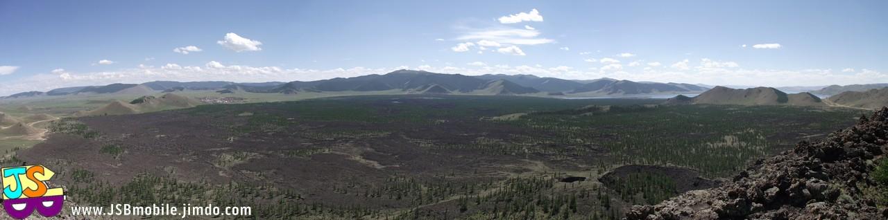 Vue depuis le bord du cratère du volcan Khorgo