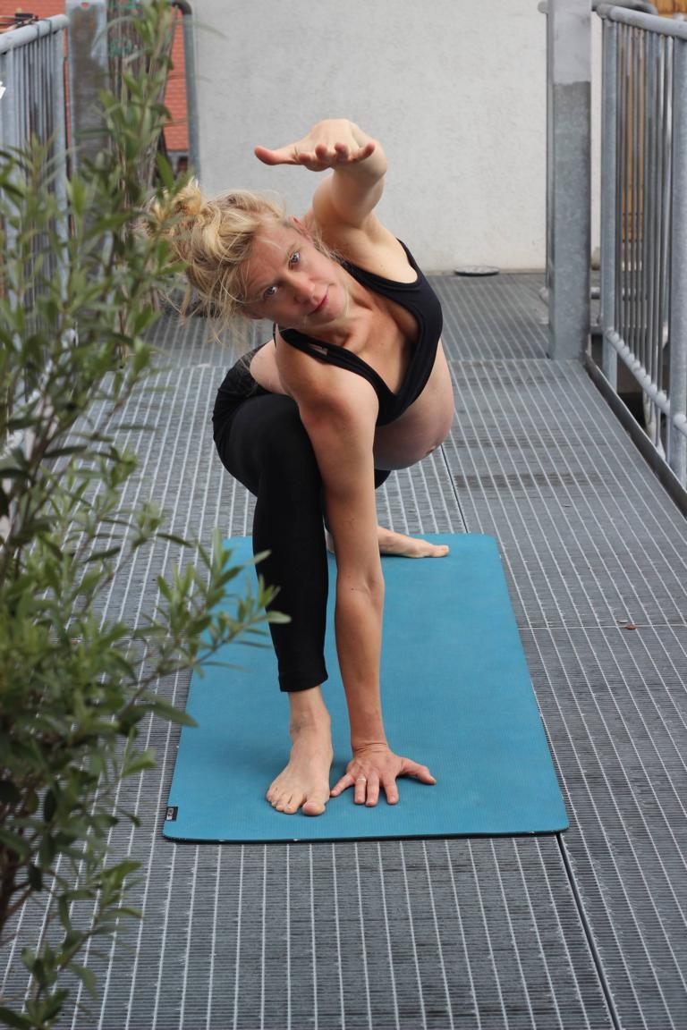 Tiefer Winkel für Schwangere - Pränatal-Yoga powered by YogaMio Halle