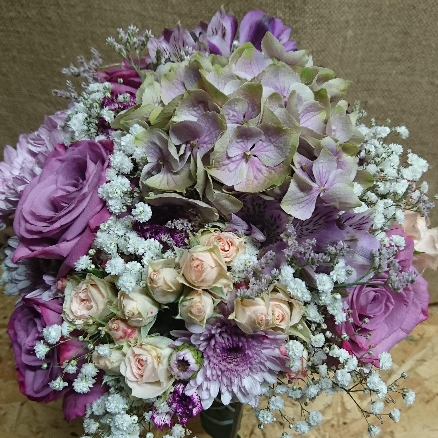 Rosas, rosas pitiminí, hortensia y astromelia