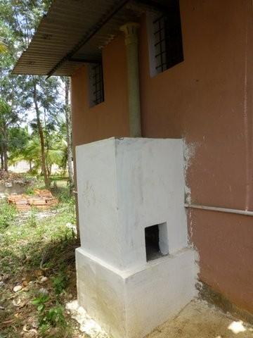 トイレの外に設置された焼却炉