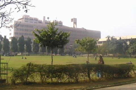 大きな校舎と芝生の広がる広場