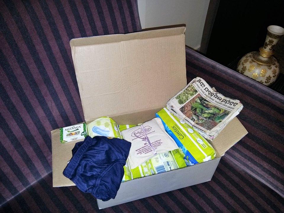 中には生理用ナプキン、新聞紙を再利用した紙袋、下着類など